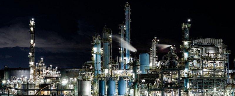 Obiekt przemysłowy nocą